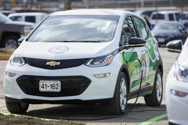 Uno de los cuatro nuevos Chevrolet Bolts de batería eléctrica y cero emisiones de la ciudad de St. Louis